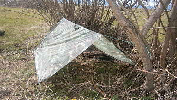 J-13-Different-Ways-to-Use-a-Military-Poncho-as-a-Shelter (1)